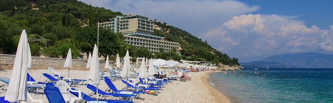 Pláž Krouzeri pod Nisaki Beach hotel